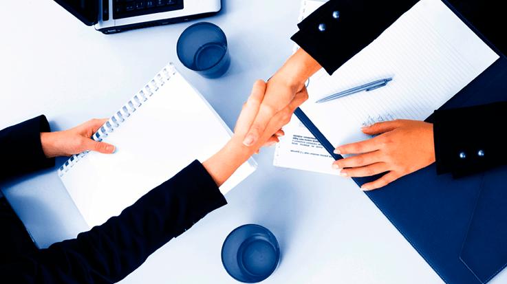 consulta advogado - foto de um aperto de mãos entre um advogado e um cliente
