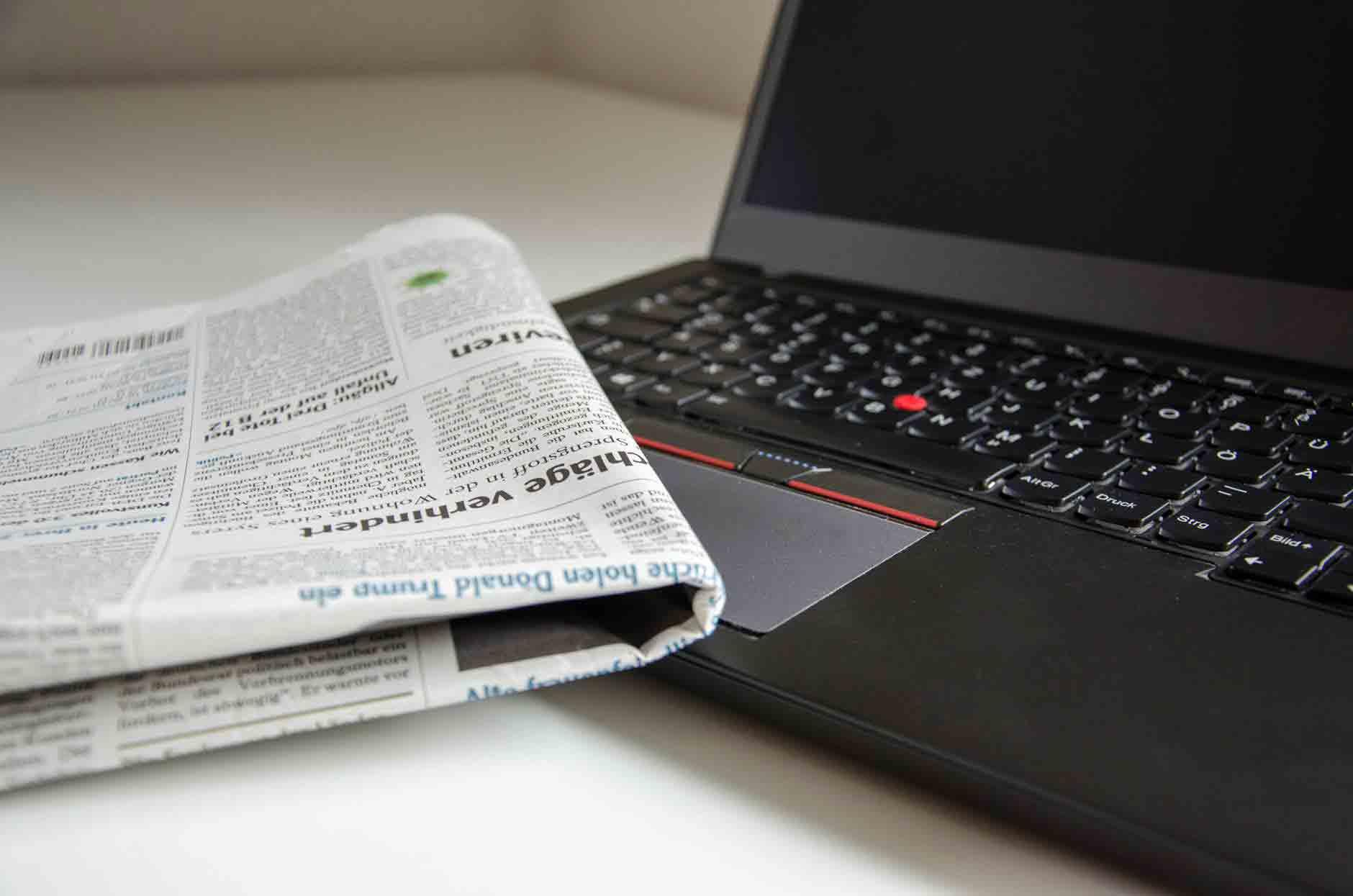 Reforma Trabalhista resumo: foto de um jornal e um notebook