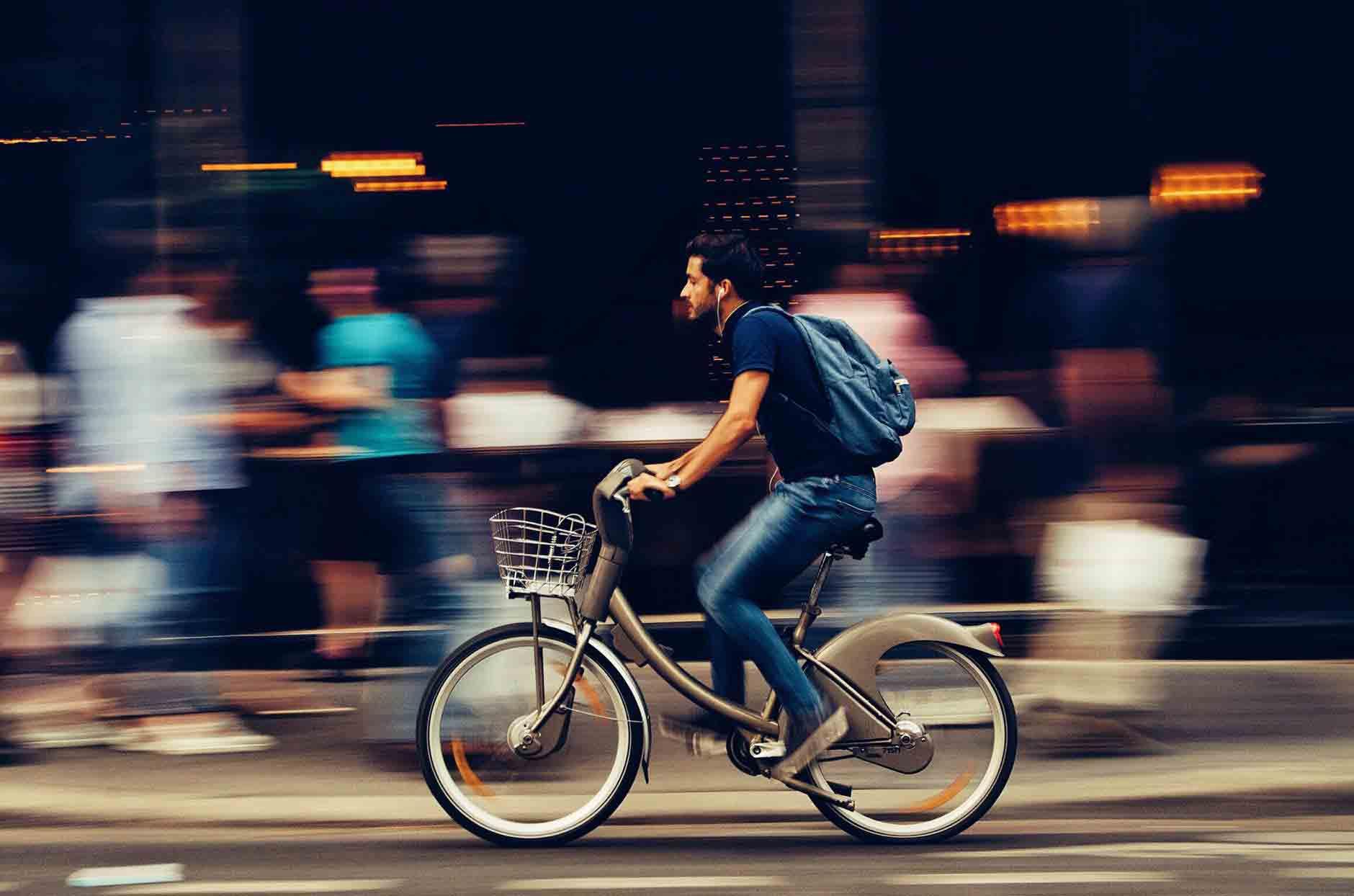 Acúmulo de Função. Foto de homem andando de bibicleta