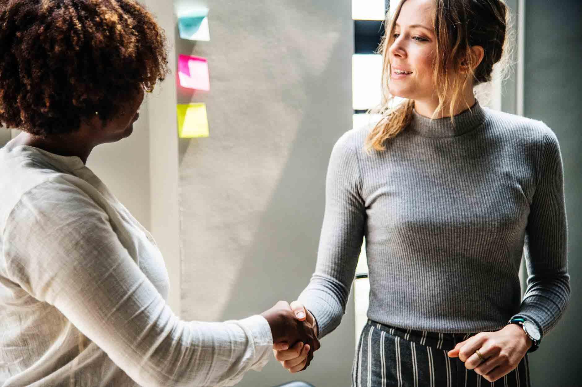 Convenção Coletiva de Trabalho e Acordo Coletivo - foto de duas mulheres apertando mão