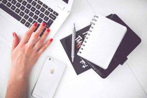 advogado. pessoa fazendo pesquisa sobre o papel de um advogado e realizando anotações.