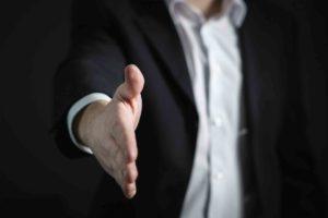 Reforma Trabalhista resumo. Foto de um homem oferecendo a mão para apertar.