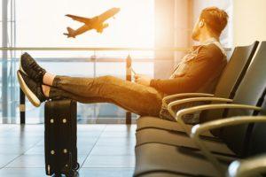 aeroporto. avião. pessoa no aeroporto. cancelamento de voo. atraso de voo. extravio de bagagem.